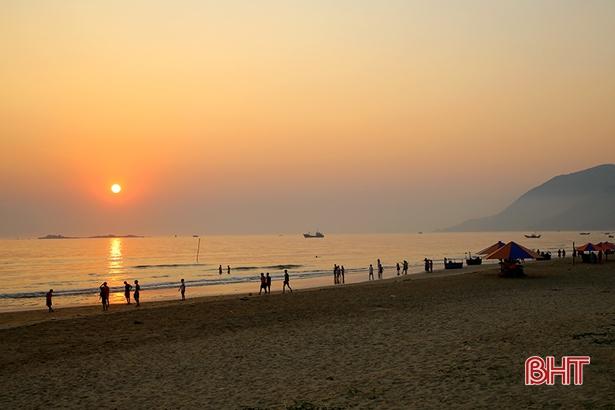 Chủ tịch UBND tỉnh Hà Tĩnh Trần Tiến Hưng vừa ký ban hành các quyết định công nhận 5 khu du lịch cấp tỉnh và 5 điểm du lịch của tỉnh.