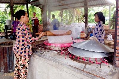 Visit the traditional noodles village of Phong Dien