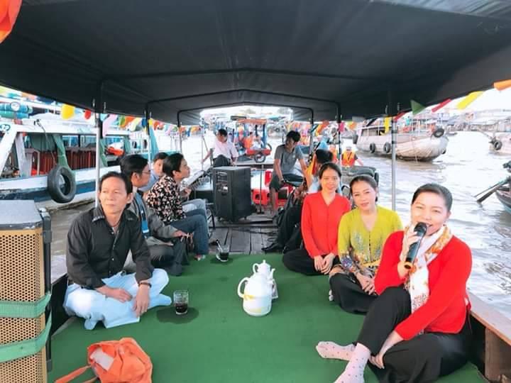 Traditional art show, Don Ca Tai Tu periodically at Cai Rang Floating Market